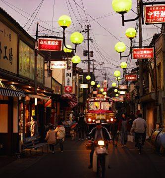 商店街が元気だった昭和30年代がテーマの「昭和の町」。当初7店舗からスタートした認定店は現在52店舗に増え、年間約40万人の来訪者を迎える。令和3年には、20周年記念の催しも予定