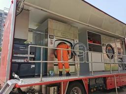 洪水救援要員が臨時緊急シェルターでズームライオンのランドリートラックを使用している