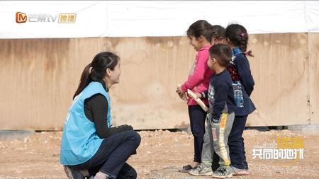 ヨルダンで難民の子どもたちと交流するZhao Yatingさん