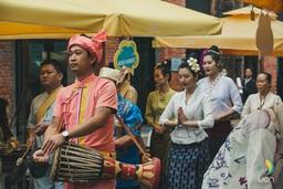 陶溪川春秋アートフェアの秋フェアで中国南西部雲南省のシーサンパンナタイ族自治州のアーティストが公演