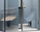 電動昇降天板と専用のソファ。座面は上から押してスライドし着座、立つ時は姿勢に合わせて壁側に立ち上がる