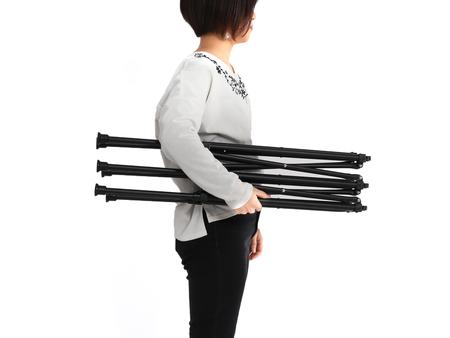 脚部には軽量なアルミ合金を使用、運搬しやすい軽量設計です。