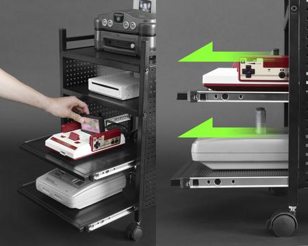 レトロゲーム機の本体を取り出すことなく、カセットやディスクを交換できるスライド棚を下2段に採用。