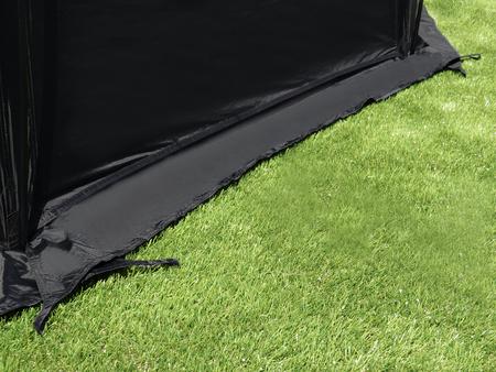 冬場はテント全周についたスカート生地が、冷気の侵入を防ぎ、テント内の暖かさを保ちます。