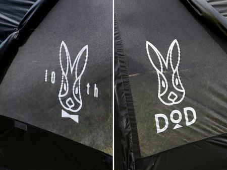 ウサギが蝶ネクタイでおめかしした10周年記念ロゴ。