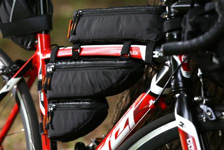 ロードバイクに装着した「パズルフレームバッグ」のイメージ画像。