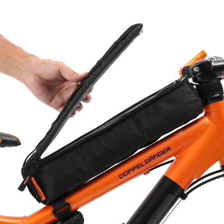 バッグを囲うように配置されたジッパーを開放すれば、収納口が大きく開きます。