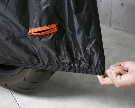 前後に配したゴムバンドでスクーターにフィット。風によるカバーのめくれ上がりも防止します。