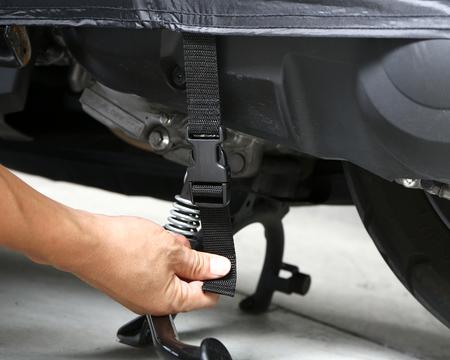 固定用ストラップで、強風によるカバーの吹き飛びを防止します。