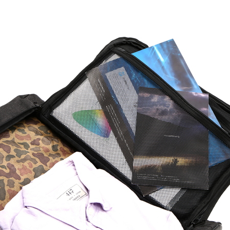 A4サイズのPC収納も考慮し、内ポケットにもクッションを施しています。
