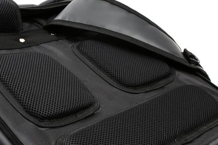 肩や背中に当たる部分にはメッシュクッションをあてがっています。