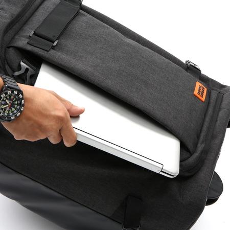 タブレットやガイドブックの収納に便利なクッション内蔵のポケットを表側に配置しました。