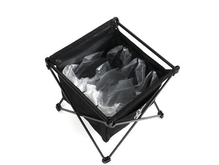 内側にはカラビナが6個向かい合わせに付属。分別方法に応じて工夫次第でゴミ袋を吊り下げられます。