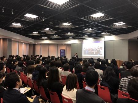クィーンズランド大学講師による教員講習が東京都英語村で行われ、300人以上が参加した