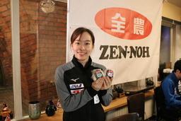 おむすびを手にする石川選手
