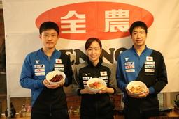 どんぶりを手に笑顔の卓球日本代表選手