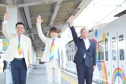 出発の合図をする三日月知事、西川貴教さん、喜多村近江鉄道社長