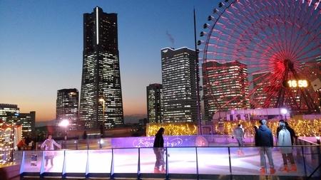 みなとみらいの夜景と潮風に包まれながらスケートを楽しめるのはここだけ