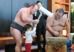 """Rice Pounding with Sumo Wrestlers"" Event at Park Hotel Tokyo to Celebrate New Year"