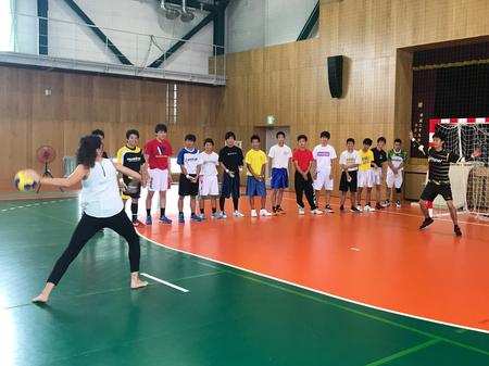 彦根総合高校で元スペイン代表選手と生徒との交流の様子