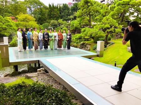 アートホテル小倉の日本庭園でプロカメラマンによる撮影を体験する参加者