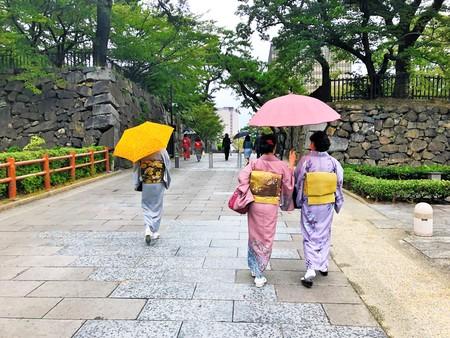 和装で小倉の街の散策を楽しむ様子