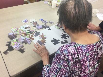 オリジナルジグソーパズルを楽しむ高齢者