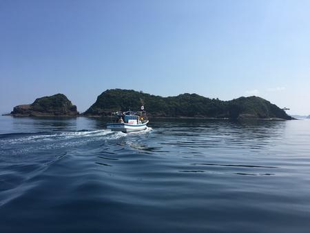 中江ノ島に近づく船